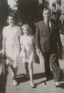 Rodzina Państwa Pietkiewiczów na spacerze rok 1948 r.